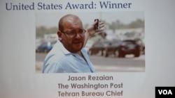 រូបថតរបស់លោក Jason Rezaian ប្រធានការិយាល័យកាសែត Washington Post ប្រចាំក្រុងតេហេរ៉ង់ ក្នុងពិធីប្រគល់ពាន់រង្វាន់ដែលរៀបចំឡើងដោយក្លឹបអ្នកកាសែតជាតិ កាលពីថ្ងៃទី២៩ ខែកក្កដា ឆ្នាំ២០១៥។