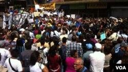 Decenas de personas se concentran en la plaza Brión de Chacaito y aseguran que en Venezuela se vive una dictadura. [Foto: Alvaro Algarra, VOA].
