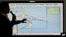 Spesialis cuaca Benison Estareja menunjukkan jalur Badai Tropis Nock-Ten dalam konferensi pers di Quezon city, sebelah utara Manila, Filipina (23/12). (AP/Aaron Favila)
