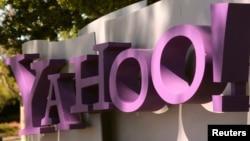 نشان یاهو در مقابل ورودی ساختمان مرکزی آن شرکت در شهر «سانی ویل» ایالت کالیفرنیا