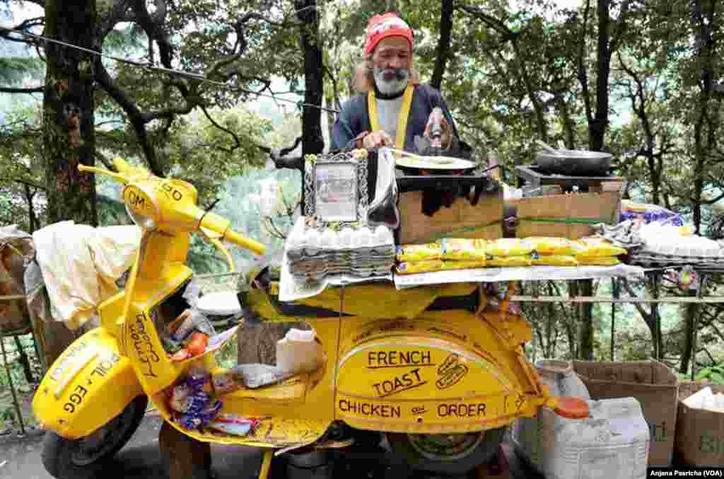 The bright yellow Maggi noodles were among the popular snacks sold by this food vendor in the hill town of Dalhousie, India, June 9, 2015. India ordered to remove Nestle's Maggi noodles from stores after reports of unsafe levels of lead.