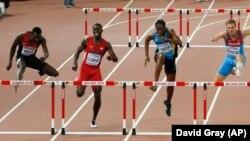 De gauche à droite, Nicholas Bett du Kenya, Kerron Clement des États-Unis, Jeffrey Gibson des Bahamas, Denis Kudryavtsev de la Russie et Michael Tinsley du U, S, disputent la finale de 400 mètres haies-messieurs lors des 15e Championnats du monde d'athlétisme au Stadium national à Beijing, Chine 25 août 2015.