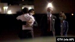 Primeiro-ministro canadiano, Justin Trudeau, abraça Michael Kovrig após o desembarque em Calgary