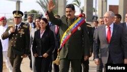 El presidente Nicolás Maduro llega a un acto para conmemorar el bicentenario de la Batalla de San Félix junto a su esposa, Celia Flores.