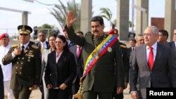 "Maduro aprovechó para pedir al papa Francisco ayuda para ""impedir que Trump lance sus tropas e invada Venezuela""."