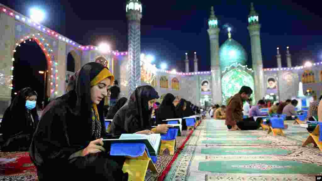 Waislamu huko mashariki ya kati wakisoma Quran katika mwezi wa Ramadan