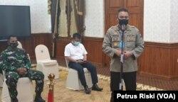 Kabid Humas Polda Jawa Timur Kombes Pol. Trunoyudo memberikan keterangan terkait pelaksanaan PSBB di Surabaya, Sidoarjo dan Gresik, Sabtu, 25 April 2020. (Foto: Petrus Riski/VOA)