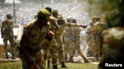 Des membres des forces de l'ordre essaient de stopper les manifestants oromo lors de leur festival dans la région d'Oromia, Ethiopie, le 2 octobre 2016.