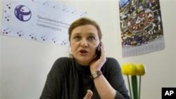 Giám đốc điều hành của Tổ chức minh bạch Quốc tế tại Nga Elena Panfilova nói chuyện điện thoại tại văn phòng ở Moscow. Giới hữu trách Nga hôm nay cũng lục soát văn phòng tại Moscow của tổ chức nhân quyền Human Rights Watch của Mỹ.
