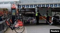 Cảnh sát phong tỏa hiện trường nơi một gói đồ khả nghi được tìm thấy gần ga tàu điện Waterloo ở London, Anh, hôm 5/3. Một trong 3 quả bom đã gây ra cháy nhỏ ở sân bay Heathrow.