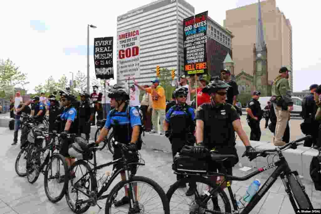 پولیس شهر کلیولند در حال گرفتن امنیت تظاهر کنندگان.