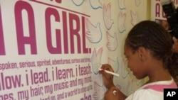 """芝加哥的一位女孩儿签名参加""""女孩振作""""活动"""