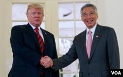 川普总统在美朝峰会前会晤新加坡总理李显龙(2018年6月11日)。