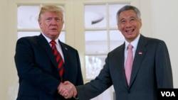 Prezidan Donald Trump ki t ap rankontre avèk Premye Minis Sengapou a, Lee Hsien Loong, anvan dewoulman somè amerikano-nò-koreyen an. (Foto:AP/Evan Vucci, Sengapou, lendi 11 jen 2018).