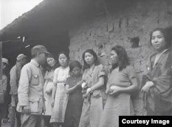 1944년 미군 사진병이 촬영한 한국인 일본군 '위안부' 영상 한 장면. (유튜브 캡처)