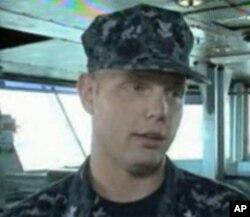 驾驶室里、负责导航的水手之一丹尼尔·帕夫