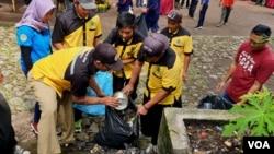 Kerja bakti membersihkan sampah di Taman Wisata Alam Tretes pada peringatan Hari Peduli Sampah Nasional 2019 (foto Petrus Riski-VOA).