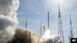 Roket Falcon 9 milik SpaceX meluncur dari Pusat Antariksa Kennedy di Cape Canaveral, Florida, April 2016. (AP/John Raoux)