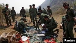 果敢反政府军士兵在果敢地区的一个军事基地检查武器弹药。(拍摄于2015年3月10日)
