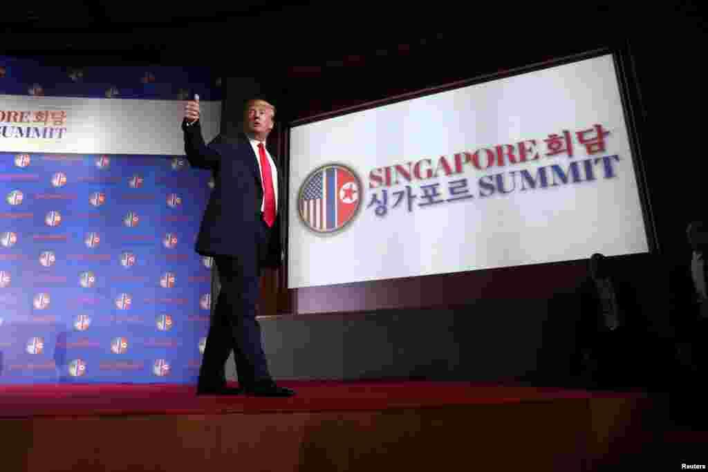 도널드 트럼프 미국 대통령이 12일 싱가포르 카펠라 호텔에서 미북 정상회담에 이어 단독 기자회견을 했다. 트럼프 대통령이 기자회견을 마친 후 연단에서 내려오며 엄지손가락을 들어 보였다.