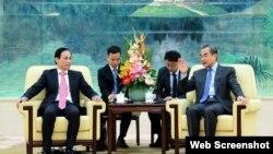 Thứ trưởng Ngoại giao Việt Nam Lê Hoài Trung hội kiến Bộ trưởng Ngoại giao Trung Quốc Vương Nghị, ngày 28/11/2019. Photo fmprc.gov.cn