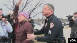 Aktivistica Jessica Reznicek tijekom prosvjeda protiv republikanske predsjedničke kampanje u predgrađu Des Moinesa, glavnog grada Iowe