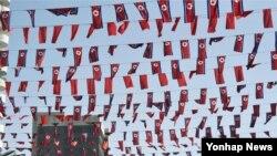 북한 노동당 창건 70주년 기념일을 하루 앞둔 9일 평양 시내에 북한 인공기 장식이 걸려 있다.