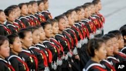 2015年10月10日,北韓少女肩上掛著手榴彈模型在平壤遊行。2017年9月的美國新政令禁止北韓等八國公民進美國