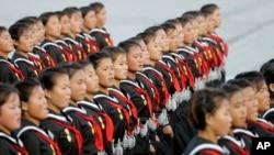 2015年10月10日,朝鲜少女肩上挂着手榴弹模型在平壤游行。2017年9月的美国新政令禁止朝鲜等八国公民进美国。
