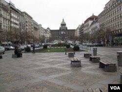 """布拉格市中心的瓦茨拉夫广场和林荫大道是""""布拉格之春""""和""""天鹅绒革命""""的主要发生地点。远处国家博物馆外墙上悬挂着已故前总统,和前持不同政见者哈维尔巨幅肖像。(美国之音白桦)"""
