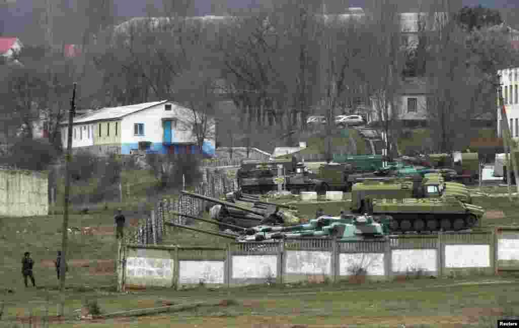 کریمیا میں روسی فوجیوں نے یوکرین کے ہوائی اڈوں اور فوجی تنصیبات کے علاوہ کریمیا کو یوکرین کی سرزمین سے ملانے والی واحد شاہراہ پر بھی کنٹرول کیا ہوا ہے۔