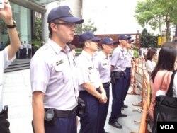维持秩序的台北市警察(美国之音莉雅拍摄)