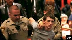 بازداشت مایکل سندفورد ۲۰ در اجتماع انتخاباتی ترامپ.