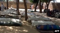 尼日利亚东北部一村庄早博科圣地袭击后地上排满等候安葬的尸体
