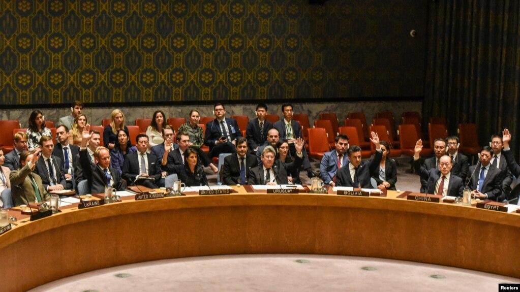 유엔 안보리 이사국들이 손을 들어 결의 2375호에 찬성하고 있다.
