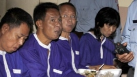 Thai activists, from right, Ratri Pipatanapaiboon, Veera Somkwamkid, Kochpontorn Chusanaseree, Samdin Lersbusya, eat breakfast at Phnom Penh Appeal Court, file photo.