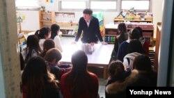 누리과정(만 3∼5세 무상보육) 예산 지급 마지노선인 20일 경기도 수원 시의 한 유치원에서 선생님들이 대책을 논의하고 있다.