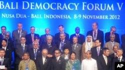 Para menteri luar negeri dunia menghadiri Bali Democracy Forum 2012. (VOA/Muliarta)