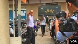 Moeun Tola, executive director of the Center for Alliance of Labor and Human Rights (CENTRAL), waved in front of the Phnom Penh Municipal Court, Phnom Penh, Cambodia, May 25, 2018. (Hul Reaksmey/VOA Khmer)