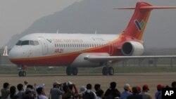 中国制造的ARJ21客机在珠海航展试飞表演后着陆(2010年11月16日)