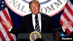 El presidente Donald Trump se dirige al Comité Nacional Republicano, en su retiro invernal en un hotel de la ciudad de Washington.