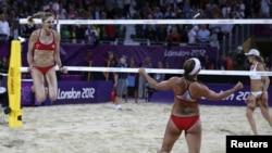 Misty May-Treanor y so coequipera de voley playa, Kerri Walsh Jennings, celebran su triunfo en la playa artificial del Cuartel de la Caballería Real de Londres.