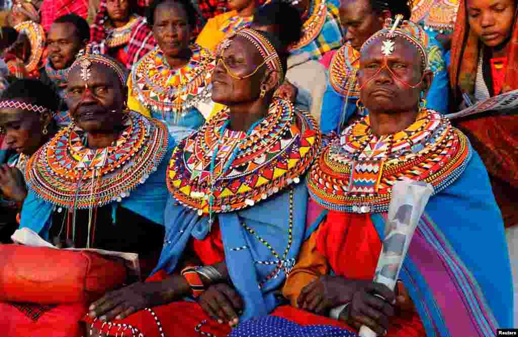 ស្ត្រីជនជាតិ Maasai ស្លៀកសម្លៀកបំពាក់ប្រពៃណីចូលរួមក្នុងពិធីរំឮកវិញ្ញាណក្ខន្ធអតីតប្រធានាធិបតីកេនយ៉ា Daniel Arap Moi ក្នុងកីឡដ្ឋាន រដ្ឋធានីណៃរ៉ូប៊ី។