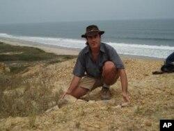 Octávio Mateus posa junto à sua descoberta, na costa da província angolana do Bengo