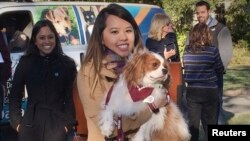 Penyintas Ebola Nina Pham bertemu lagi dengan anjingnya Bentley di Pusat Layanan Hewan di Dallas, AS. (Foto: Dok)