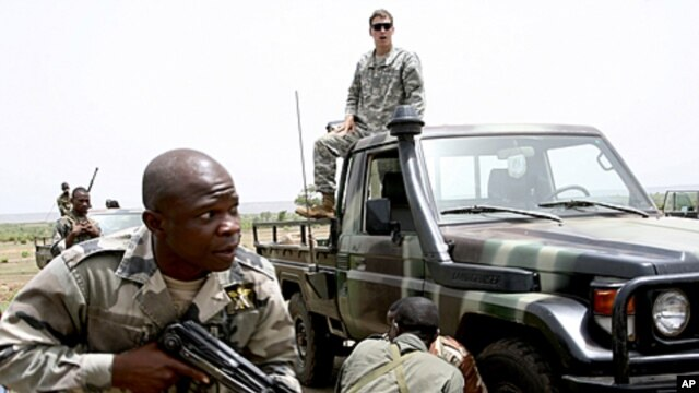 Malian special forces drill to face off an ambush as an unidentified U.S. Special Forces soldier gives instructions from a Malian truck in Kita, Mali, during a joint training exercise, May 10, 2010 (file photo).