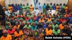 Shugaba Muhammadu Buhari Da 'Yan Mata 82 Da 'Yan Boko Haram Suka Sako