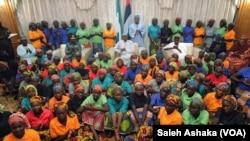 Shugaba Muhammadu Buhari Da 'Yan Mata 82 Da ;Yan Boko Haram Suka Sako