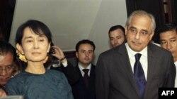 Trợ lý Tổng thư ký Liên hiệp quốc Vijay Nambiar và lãnh tụ dân chủ Miến Ðiện Aung San Suu Kyi
