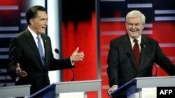 Cựu Thống đốc Massachusetts Mitt Romney (trái) và cựu Chủ tịch Quốc hội Newt Gingrich trong cuộc tranh luận ở Des Moines, bang Iowa.